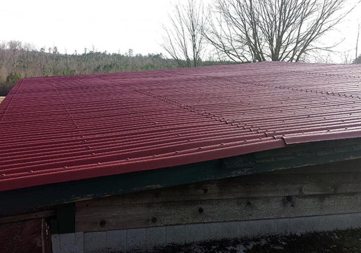 Casa con cubierta ONDURA® rojo