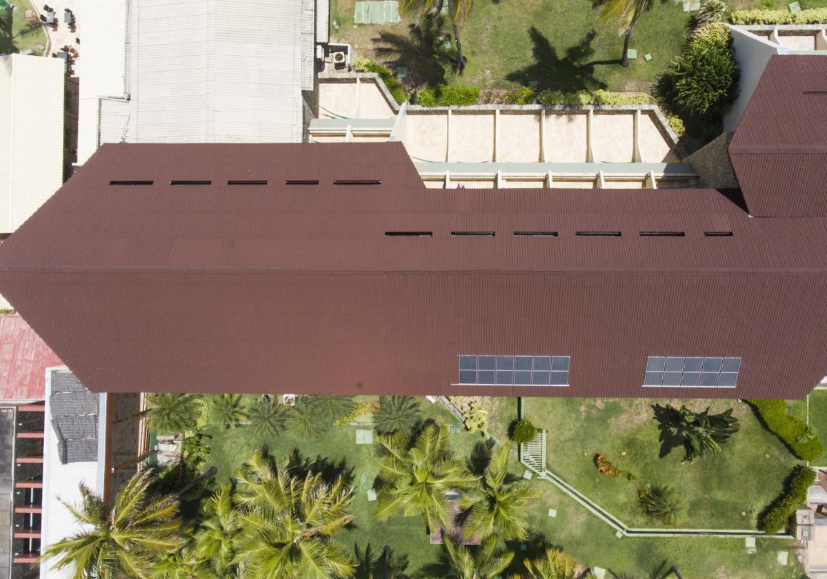 Hotel con sobrecubierta de láminas ecológicas Onduline®