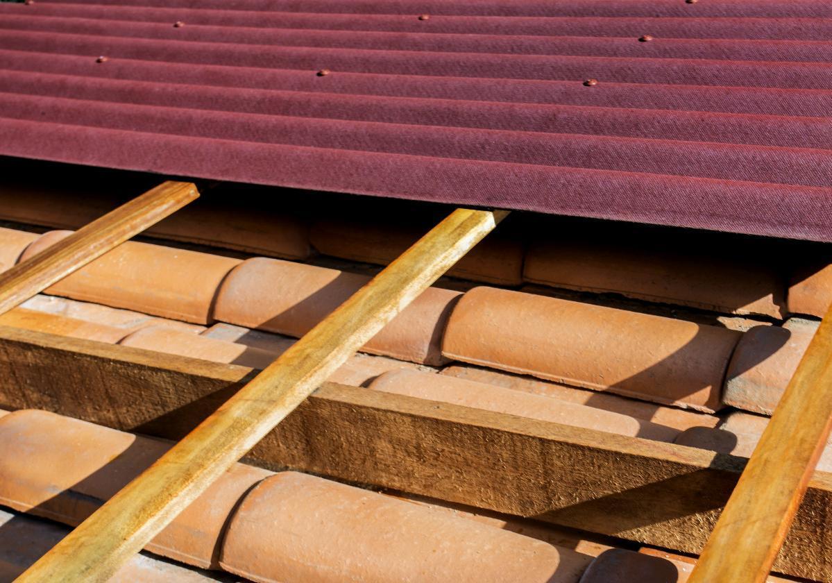 Sistema de sobrecubierta de láminas impermeables Onduline® sobre tejas de barro